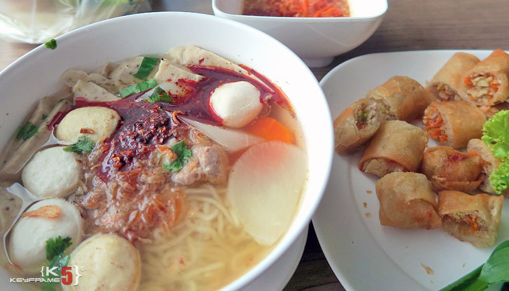 ฿60 THB - Noodles and spring rolls in Bangkok